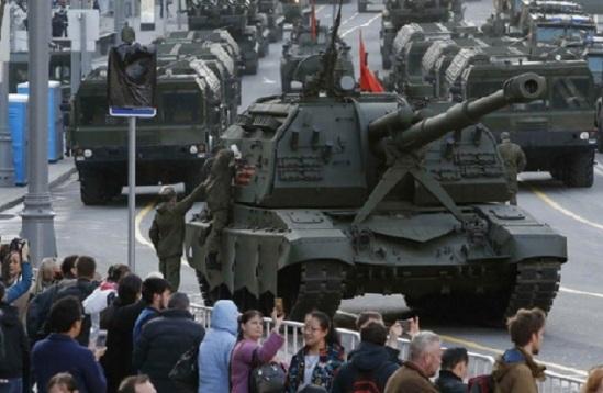 Người dân Nga đứng xem các lực lượng Nga tập dượt cho lễ duyệt binh mừng Ngày Chiến thắng