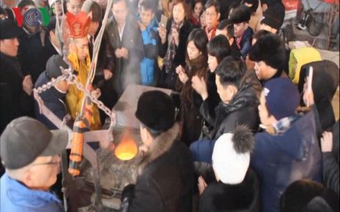 Đông đảo bà con cộng đồng Việt Nam tại Ulianovsk tham gia một công đoạn đúc tượng Bác và đã tự nguyện dâng góp những chỉ vàng vào mẻ đồng được nấu chảy trước khi đổ vào khuôn.