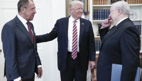 Sự xuất hiện của Đại sứ Nga tại Mỹ Sergey I. Kislyak (ngoài cùng bên phải) trong cuộc gặp khiến tranh cãi càng thêm gay gắt. (Ảnh: TASS)