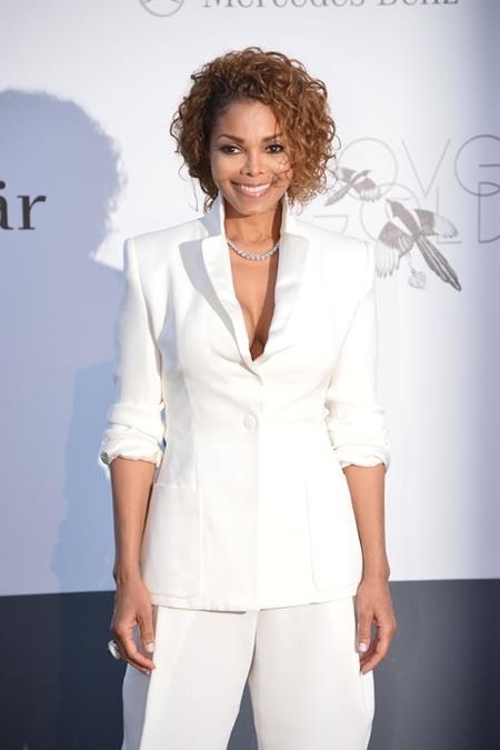 Nữ ca sĩ Janet Jackson cũng từng khiến cho rất nhiều fan hâm mộ ngạc nhiên khi mang thai và sinh hạ cậu con trai đầu lòng Eissa Al Mana khi đã 50 tuổi