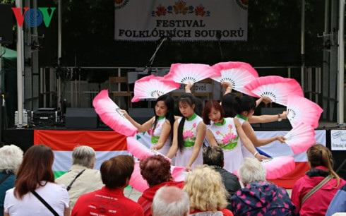 Các thiếu nữ Việt Nam uyển chuyển trong tiết mục múa quạt.