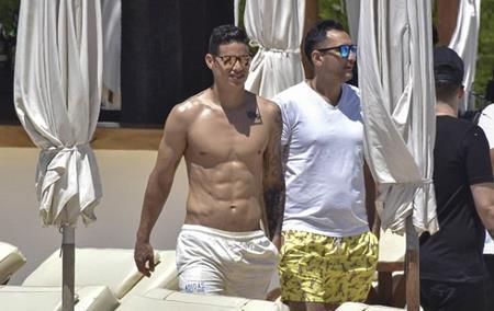 """James Rodriguez """"đốt cháy"""" mùa hè với thân hình quá nóng bỏng"""