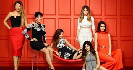 """Nổi tiếng dựa vào scandal và lối sống thị phi sang chảnh, chẳng có gì khó hiểu khi đại gia đình Kardashian phải hứng chịu nhiều """"gạch đá"""" từ công chúng, tuy nhiên, chẳng thể phủ nhận rằng sự nổi tiếng của các chị em nhà Kardashian cũng tỉ lệ thuận với sự căm ghét mà họ nhận được"""
