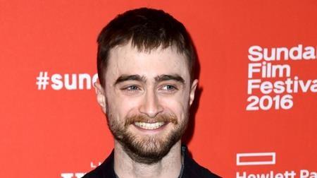 """Sớm nổi danh với loạt phim """"Harry Potter"""", Daniel Radcliffe phải học cách đương đầu với các tay săn ảnh từ khi còn rất nhỏ. Rất may mắn là chàng """"phù thủy"""" đã rút ra được những bài học sáng suốt để vượt qua mặt trái của sự nổi tiếng và đã có một thời kì trong hơn 5 tháng trời, Daniel Radcliffe chỉ mặc những bộ quần áo giống hệt khi ra khỏi nhà khiến cho các tay săn ảnh không thể thu được bất kì hình ảnh mới lạ nào."""
