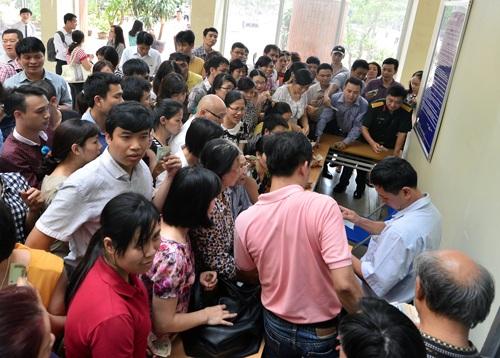 Phụ huynh chen lấn mua hồ sơ vào lớp 6 tại trường THCS Lương Thế Vinh, Hà Nội.