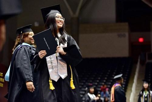 Thủ khoa Trần Bảo Trân rạng rỡ trong ngày tốt nghiệp.