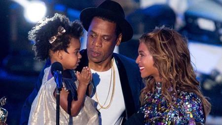 Cuộc sống của Blue Ivy Carter thực sự là niềm ghen tị của rất nhiều bé gái khi thường xuyên được cùng bố mẹ chu du vòng quanh thế giới. Tủ đồ của cô bé cũng toàn món đồ đắt tiền, tiêu biểu như một đôi giày lấp lánh có giá tới 798 đô la Mỹ (hơn 18 triệu đồng). Thậm chí hai bố mẹ Beyonce, Jay-Z còn sẵn sàng tặng cả một con ngựa A Rập thuần chủng có giá lên tới 75.000 đô la Mỹ (xấp xỉ 1.7 tỉ đồng) để làm vui lòng con gái.