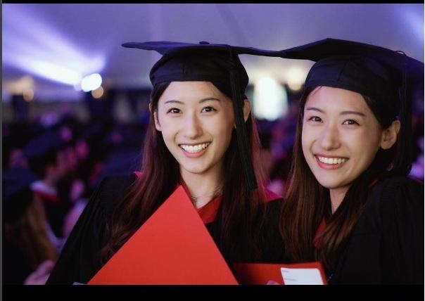 Nụ cười rạng rỡ của hai chị em trong ngày tốt nghiệp Thạc sĩ giáo dục tại ĐH Harvard (Mỹ) vào tháng 5 vừa qua.