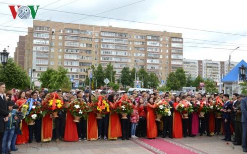 Những lẵng hoa của các đoàn đại biểu dâng lên Người.