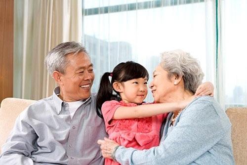 Với người già, vui vầy với cháu là hạnh phúc lớn nhất (Ảnh minh họa IT)