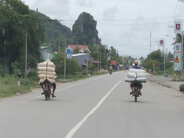 Xe máy của dân buôn lậu chở đường qua biên giới