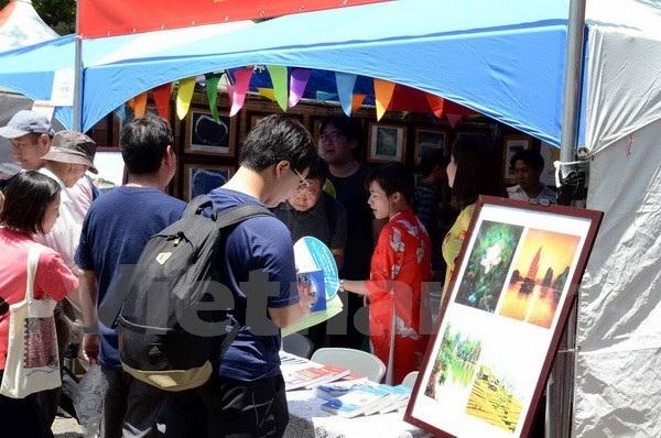 Nhiều người dân Nhật Bản quan tâm và đến gian triển lãm ảnh về chủ quyền của Việt Nam tại quần đảo Hoàng Sa và Trường Sa. (Ảnh: Gia Quân/Vietnam+)