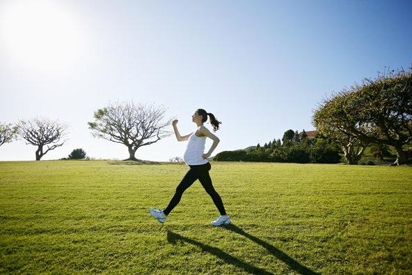 Đi bộ với tốc độ nhanh trước và sau sinh rất có lợi cho sức khoẻ và tâm trạng của mẹ.