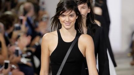 Kendall Jenner chắc chắn là ngôi sao ít tai tiếng nhất trong nhà nếu so sánh với người chị gái Kim Kardashian hay bà mẹ Kris Jenner. Chuyên tâm với sàn catwalk và tránh xa những scandal ồn ào, Kendall thực sự là một khác biệt hiếm hoi trong đại gia đình Kardashian – Jenner.