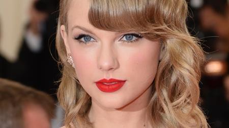 """Taylor Swift có hẳn một danh sách bạn trai cũ gồm toàn tên tuổi đình đám như Taylor Lautner, Harry Styles, Jake Gyllenhaal, Calvin Harris… hay gần đây nhất là Tom Hiddleston. Rõ ràng, tài năng âm nhạc cũng chẳng thể giúp Taylor cảm thấy """"dễ thở"""" hơn trong chuyện tình cảm."""