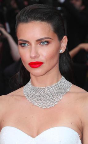 """Adriana Lima đã tham gia lễ ra mắt phim """"Loveless"""" tại Liên hoan phim Cannes với một chiếc vòng cổ 163.85 carat kim cương trắng của hãng Chopard"""