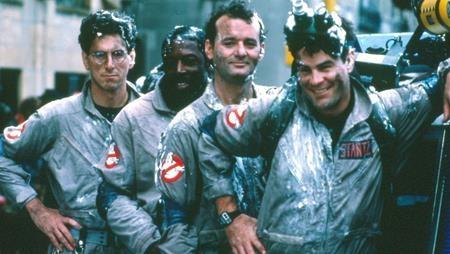 """Bộ phim """"Ghostbusters"""" đình đám của thập niên 80 chút nữa đã có phần ba để thỏa mãn cơn hâm mộ cuồng nhiệt của khán giả. Đặc biệt, các ngôi sao của phần phim gốc cũng gần như tái hợp đầy đủ nếu như nam tài tử Harold Ramis đột ngột qua đời và khiến cho """"Ghostbusters III"""" mãi mãi dang dở nằm lại trong tâm trí fans."""
