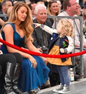 Bà mẹ xinh đẹp Blake Lively cũng bị cô con gái James doạ cho giật mình