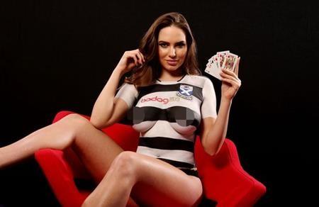 Trên thực tế thì chuyện thuê người mẫu ngực trần để quảng cáo áo đấu dường như là một truyền thống của Ayr United. Hồi năm ngoái, câu lạc bộ này cũng dùng chiêu bài này để gây ấn tượng với giới mộ điệu.