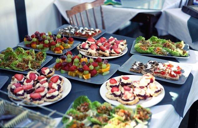 Cận cảnh bàn tiệc bắt mắt từ đồ ăn hết hạn