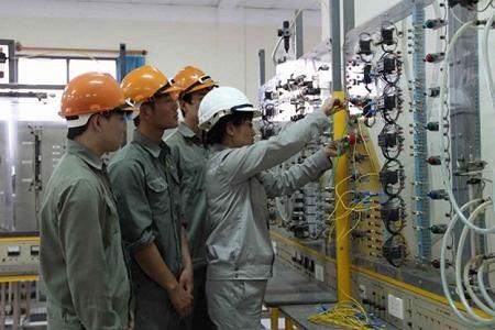 Tiết học thực hành điện tử - tự động hoá dưới sự chỉ dẫn của chuyên gia Nguyễn Thị Thanh Thuỷ