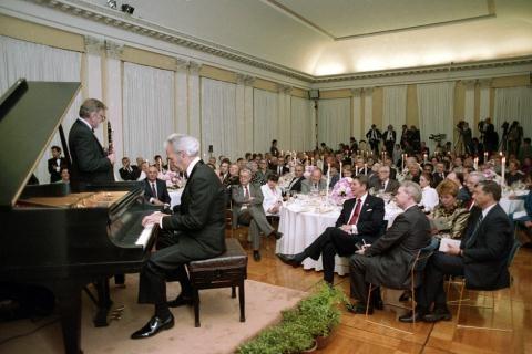 Tổng thống My Reagan tiếp vợ chồng Tổng bí thư Mikhail Gorbachev-Raisa Gorbacheva tại ĐSQ Mỹ ở Moscow ngày 31/5/1988.