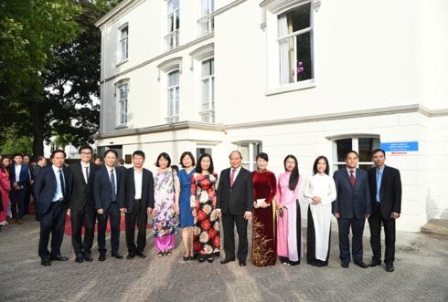 Thủ tướng và phu nhân chụp ảnh lưu niệm cùng đội ngũ cán bộ, nhân viên Đại sứ quán Việt Nam tại Hà Lan