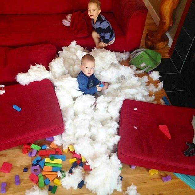 Hai cậu bé cảm thấy cực kỳ thích thú khi có thể lấy ra rất nhiều bông từ ghế tựa
