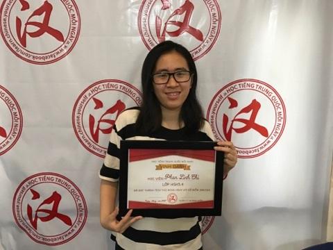 Phan Linh Chi nhận thưởng tiền mặt trị giá 1.000.000 vnđ