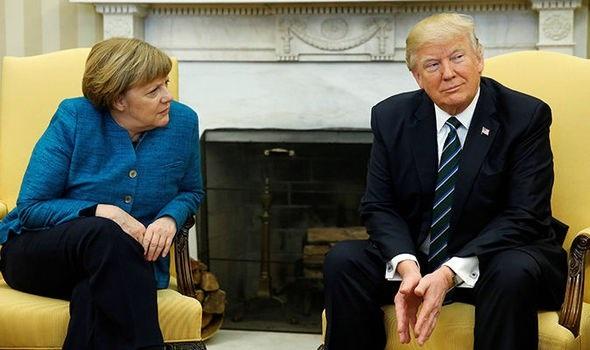 Ông Trump làm lơ không bắt tay dù bà Merkel chủ động đề nghị. Ảnh: DAILY EXPRESS