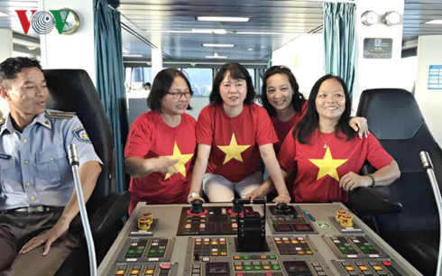 Chị Phượng - thứ ba từ trái - trên đường ra thăm các chiến sĩ Trường Sa. (Ảnh: NVCC)