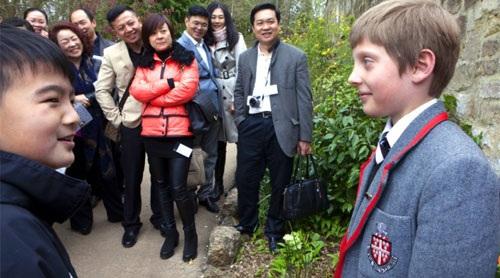 Phụ huynh tin rằng học tập ở nước ngoài từ khi còn nhỏ sẽ giúp con dễ thích nghi với môi trường làm việc cạnh tranh trong tương lai.