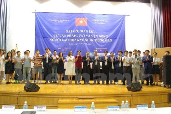 Các đại biểu giao lưu cùng người lao động. (Ảnh: Vũ Toàn-Hữu Tuyên/Vietnam+)
