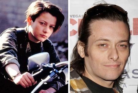 """Ngay từ thời niên thiếu, Edward Furlong đã có cơ hội thủ vai John Connor trong bộ phim """"Terminator 2: Judgment day"""" và đã nhận được hàng loạt giải thưởng danh giá như MTV Movie Award hay Saturn Award cho vai diễn để đời này. Đáng tiếc là sau đó, sự nghiệp của Furlong bị chững lại, nam tài tử còn sa vào rượu chè, nghiện ngập và đến bây giờ, tên tuổi của Furlong vẫn bị """"đóng khung"""" vào nhân vật John Connor."""