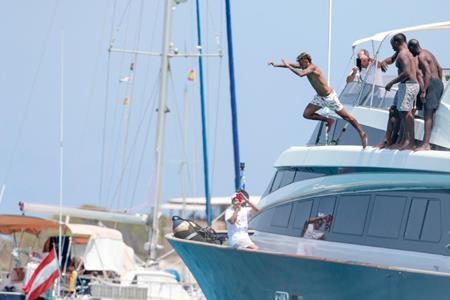 Ngôi sao của Barca vui vẻ lao mình xuống nước…