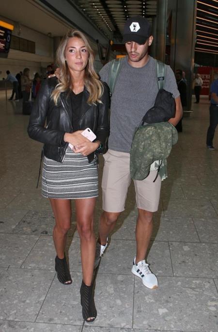 Vợ chồng Alvaro Morata trông rất thoải mái và tự tin tại sân bay