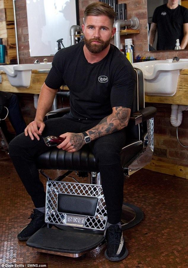 Rich Holtham, chủ sở hữu của tiệm cắt tóc BS4 Barbers. (Nguồn: SWNS.com)