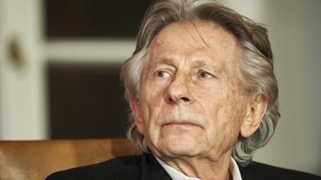 Năm 1977, vị đạo diễn lừng danh Roman Polanski đã bị tố quan hệ tình dục bất hợp pháp với bé gái 13 tuổi, Samantha Geimer. Theo cáo buộc, Polanski đã chuốc rượu và cho Geimer dùng ma túy rồi cưỡng bức nạn nhân tại nhà riêng của nam diễn viên Jack Nicholson. Sau đó, Polanski đã bỏ trốn khỏi Mỹ và phải sống như một kẻ trốn chạy tại Pháp.