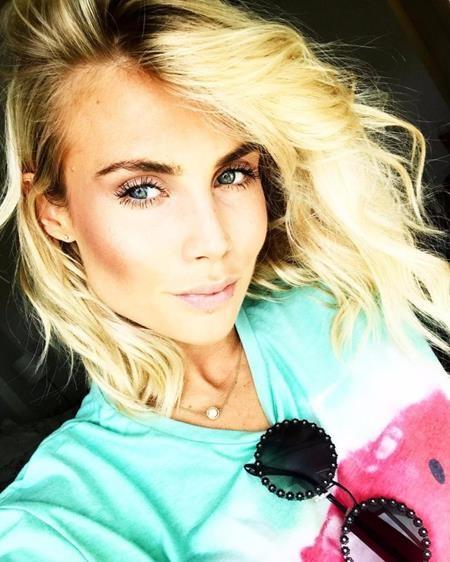 Trong khi đó, tân binh Victor Lindelof của Manchester United cũng chẳng chịu thua kém với cô bồ Maja Nilsson xinh như mộng