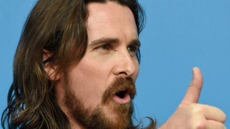 Vốn là một ngôi sao vô cùng nóng tính, ngay cả với các fans hâm mộ thì Christian Bale cũng khó có thể cư xử điềm đạm. Từng có lần, chỉ vì ngỏ lời xin chụp ảnh mà các fan nữ nhỏ tuổi của Bale bị nam tài tử mắng nhiếc đến phát khóc.