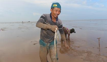 """Anh Thái được mệnh danh là """"cao thủ"""" săn cá chình mỡ"""