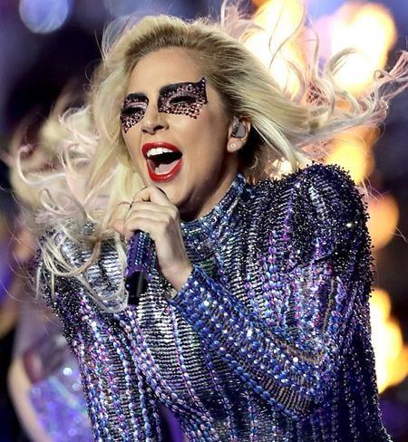 Trước đó, nghệ sĩ trang điểm Sarah Tanno cũng đã khéo léo sử dụng pha lê để khiến Lady Gaga tỏa sáng rực rỡ trong đêm diễn chung kết Super Bowl hồi tháng 2 năm nay.