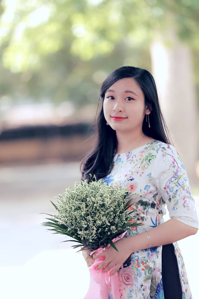 Nữ thủ khoa Phan Thị Thu Hiền sở hữu vẻ đẹp trong veo, dịu dàng.