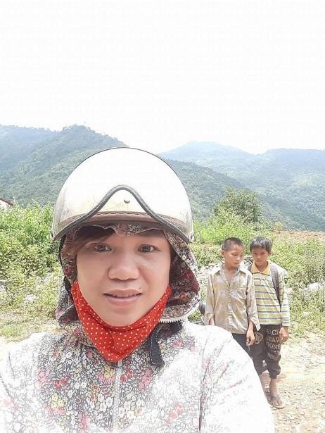 Cô giáo vùng cao trong một chuyến vào bản vận động học sinh đến trường. Ảnh: NVCC.