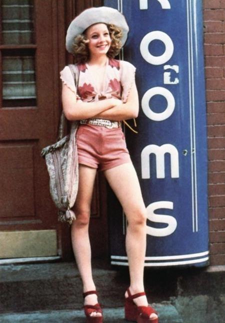 """Chỉ mới 13 tuổi khi vào vai một gái mại dâm nhí trong phim """"Taxy driver"""", Jodie Foster thậm chí đã phải để cho chị gái mình đóng thế trong một vài cảnh quay nhạy cảm. Tuy vậy, màn thể hiện quá đỗi xuất sắc của Jodie Foster đã biến cô bé này trở thành sao mai số 1 tại Hollywood vào thời điểm đó và sau này, Jodie Foster cũng trở thành một tượng đài thực sự của Hollywood."""
