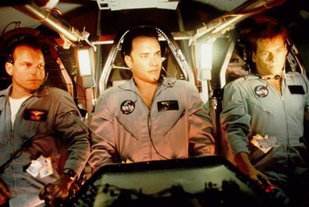 """Dựa trên một câu chuyện có thật về chuyến du hành vũ trụ của NASA lên mặt trăng vào năm 1970, """"Apollo 13"""" (1995) kể về một chuyến bay bão táp vào vũ trụ khi đường truyền oxy cho con tàu bị đứt. Bỗng chốc, nhiệm vụ thám hiểm mặt trăng trở thành cuộc tìm kiếm lối về cam go cho các phi hành gia và mỗi giờ khắc trôi qua, các thành viên trong phi hành đoàn lại phải chiến đấu với cái chết để có thể trở về với đất mẹ thân yêu."""