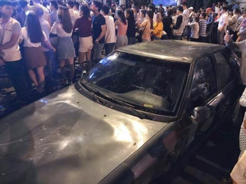 Chiếc xe đậu ngay gần khu vực biểu diễn