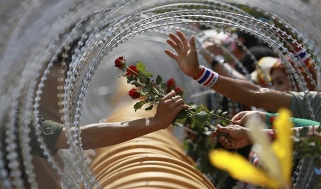 Dân thường tặng hoa cho binh lính
