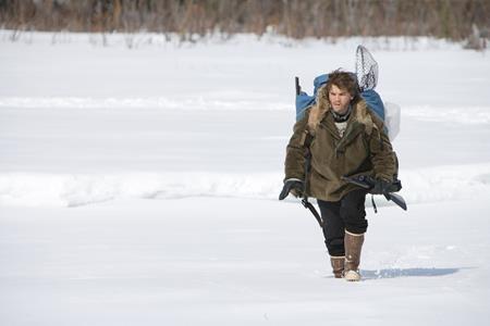 """""""Into the wild"""" là câu chuyện kể về một sinh viên tốt nghiệp đã từ bỏ tất cả để đến với cuộc sống hoang dã ở Alaska. Tuy nhiên, đoạn kết buồn thảm của tác phẩm này đã gây ám ảnh cho rất nhiều khán giả và một trong số đó cũng đã quyết định từ bỏ cuộc sống sau lưng, như trường hợp của người thanh niên 18 tuổi Jonathan Croom."""