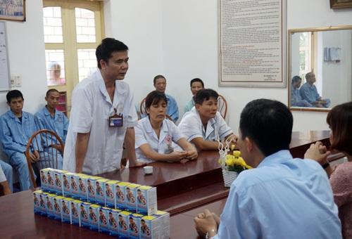TS. Nguyễn Hữu Chiến, Phó GĐ bệnh viện cảm ơn công ty Botania đã quan tâm tặng quà bệnh nhân